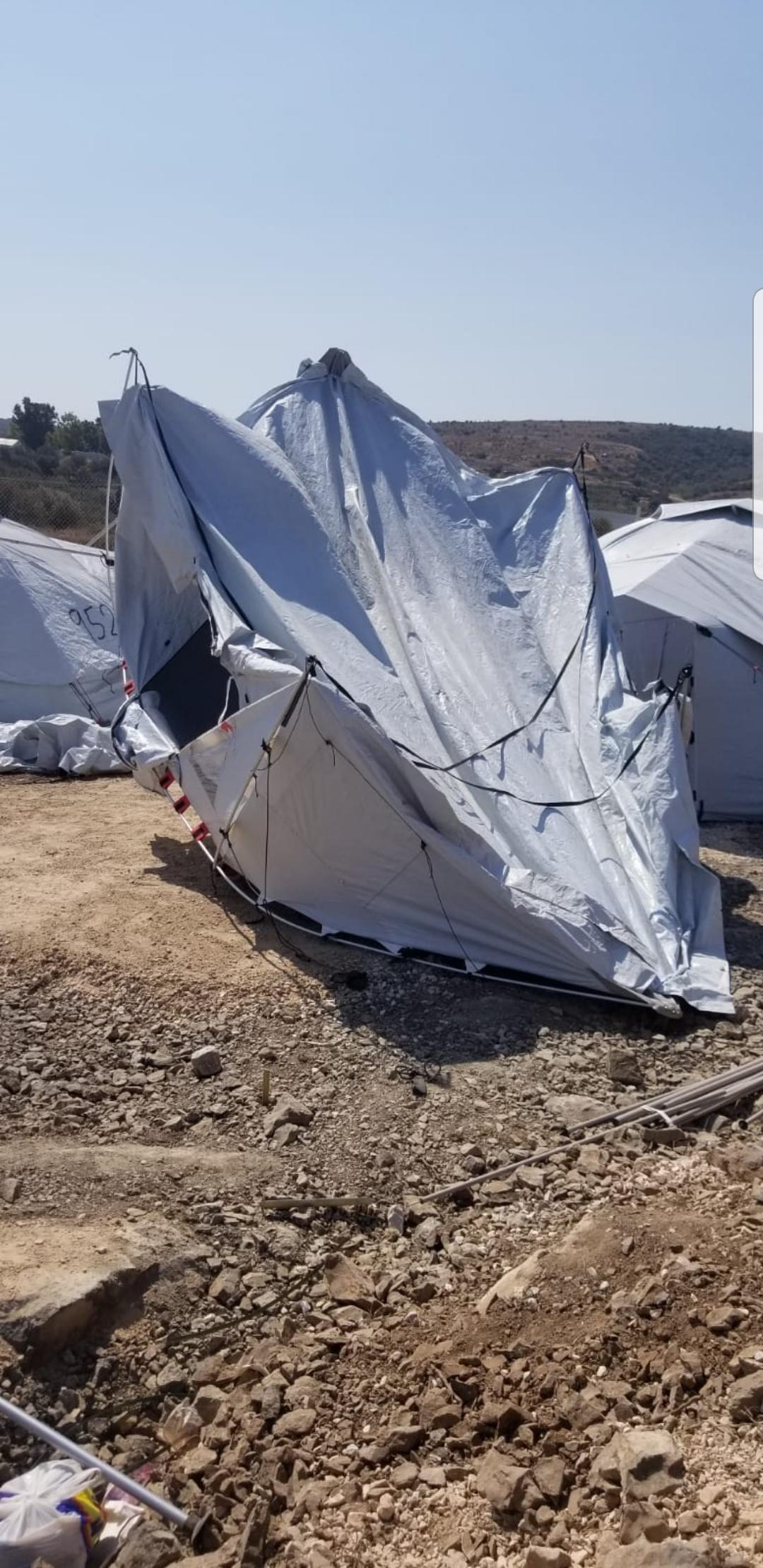 9. Bild: ein vom Wind verwehtes und eingeknicktes Zelt im neuen Lager