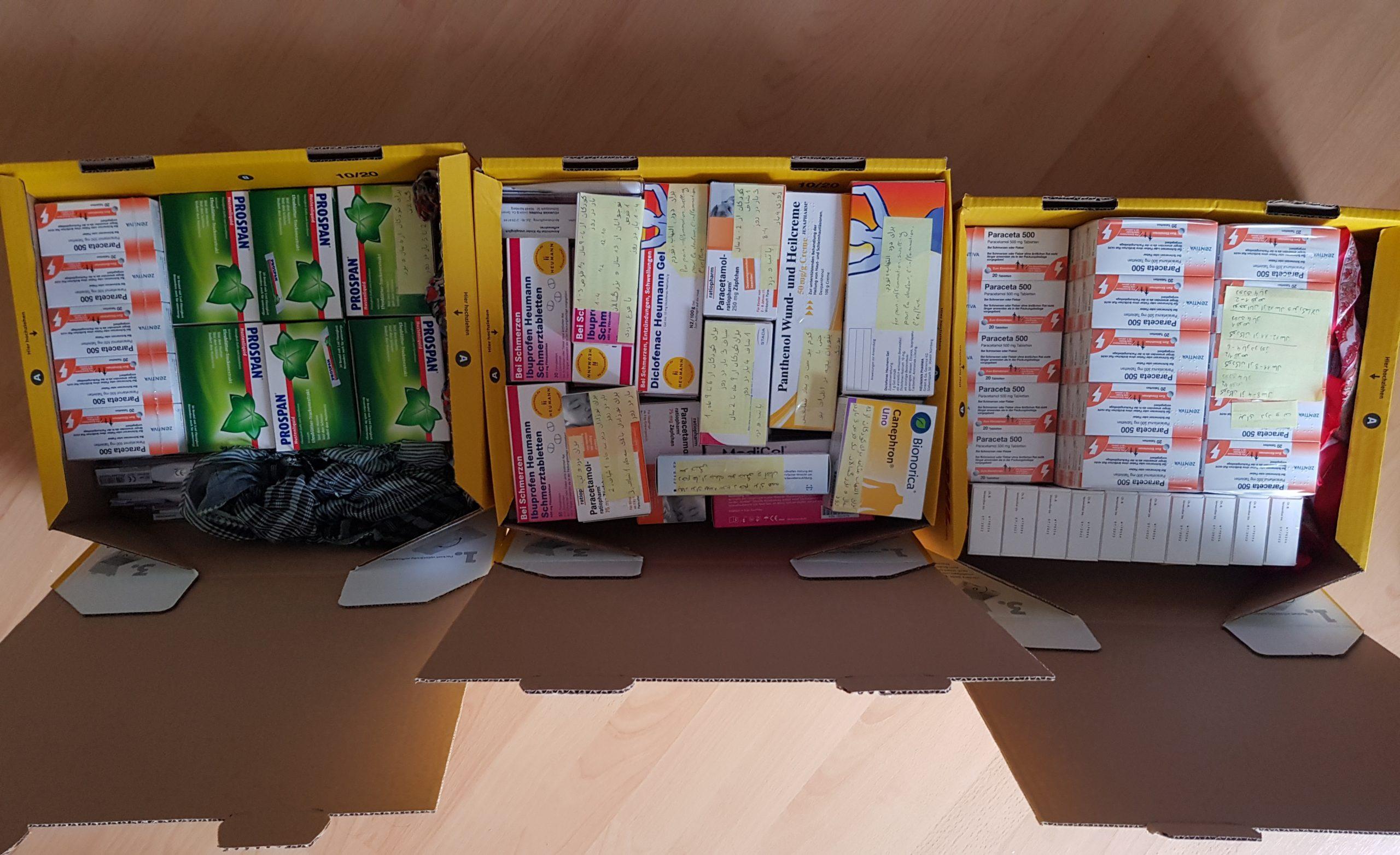 13. Bild: Gepackte und sortierte Pakete mit Post-Its beschriftet.